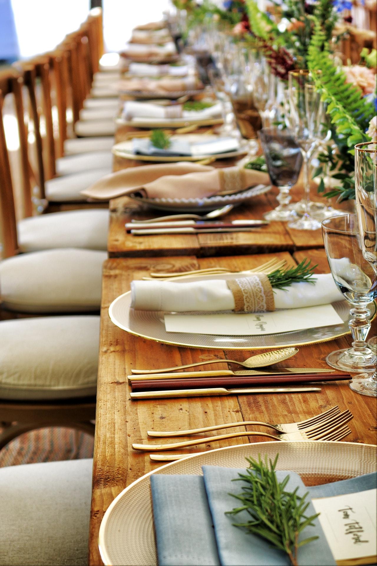 Dæk bordet med en bordløber og pynt: Sådan gør du klar til fest